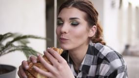 Il movimento lento di una ragazza seducente prende un croissant nelle suoi mani e delicatamente morsi con lei occhi chiusi nel pi archivi video