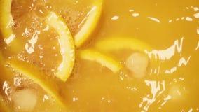 Il movimento lento ha ghiacciato le cadute del succo d'arancia in archivi video