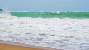 Il MOVIMENTO LENTO, mare ondeggia su un'isola tropicale archivi video