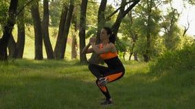Il movimento lento, ragazza nella foresta si impegna nella forma fisica, DOS si esercita su un piede stock footage