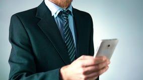 Il movimento lento, un uomo alla moda in un vestito elegante sta tenendo un telefono cellulare uomo d'affari socievole stock footage