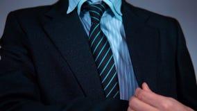 Il movimento lento, uomo d'affari nell'ufficio tira il telefono dalla sua tasca del rivestimento video d archivio