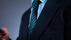 Il movimento lento, uomo d'affari tira il telefono dalla sua tasca del rivestimento video d archivio