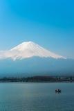 Il Mt Fuji aumenta sopra il lago Kawaguchi Fotografie Stock Libere da Diritti