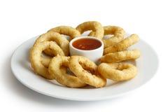 Il mucchio degli anelli fritti nel grasso bollente dei calamari o della cipolla con i peperoncini rossi immerge Immagini Stock