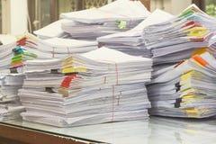 Il mucchio dei documenti sullo scrittorio impila su su Fotografia Stock Libera da Diritti