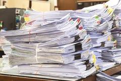 Il mucchio dei documenti sullo scrittorio impila su su Immagine Stock Libera da Diritti