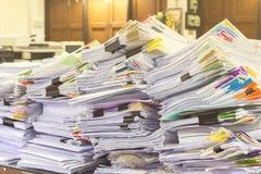 Il mucchio dei documenti sullo scrittorio impila su su Immagine Stock