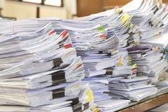 Il mucchio dei documenti sullo scrittorio impila su sull'attesa Immagine Stock Libera da Diritti