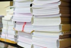Il mucchio dei documenti sullo scrittorio impila su sull'attesa da dirigere Fotografie Stock Libere da Diritti