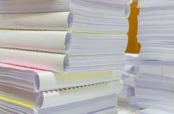 Il mucchio dei documenti sullo scrittorio impila su sull'attesa da dirigere Immagini Stock Libere da Diritti