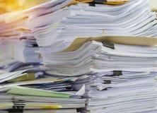 Il mucchio dei documenti sullo scrittorio impila su sull'attesa da dirigere Fotografia Stock Libera da Diritti