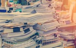 Il mucchio dei documenti sullo scrittorio impila su sull'attesa da dirigere Fotografia Stock