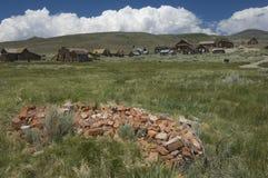 Il mucchio dei mattoni si avvicina alla città fantasma del deserto, Bodie fotografia stock