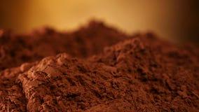 Il mucchio del cacao in polvere gira davanti alla macchina fotografica stock footage