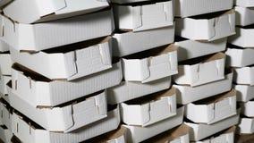 Il mucchio del cartone ha messo uno su un altro dentro stoccaggio Concetto di industria Mucchio delle scatole di cartone 4K stock footage