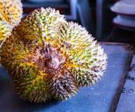 Il mucchio del Durian fruttifica nel mercato locale dell'agricoltore, Tailandia Immagini Stock Libere da Diritti