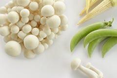 Il mucchio del granchio bianco crudo si espande rapidamente mais e fagiolino verde Fotografia Stock