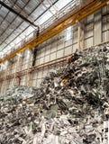 Il mucchio del residuo di metallo e dell'alluminio dentro ricicla la fabbrica Immagini Stock Libere da Diritti