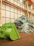 Il mucchio del residuo di metallo ed il grande bulldozer dentro riciclano la fabbrica, Tailandia Immagine Stock