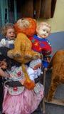 Il mucchio del ` s dei bambini gioca su un mercato immagini stock