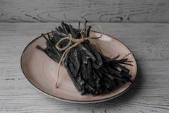 Il mucchio della casa italiana ha prodotto la pasta cruda su un piatto Fotografia Stock