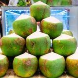 Il mucchio delle noci di cocco verdi immagini stock libere da diritti