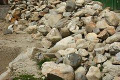 Il mucchio delle rocce ha recuperato da una vecchia costruzione Fotografie Stock