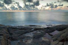 Il mucchio delle rocce sul mare Immagini Stock