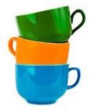 Il mucchio delle tazze ceramiche variopinte Immagini Stock Libere da Diritti
