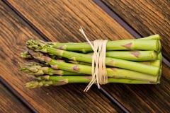 Il mucchio di asparago germoglia su rustico Fotografia Stock Libera da Diritti
