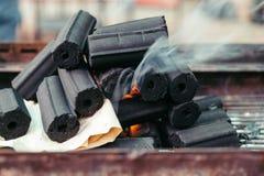 Il mucchio di carbone sopra il fuoco, fumo sta venendo ed il carbone sta bruciando sulla stufa a Bangkok, Tailandia Fotografia Stock