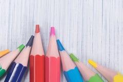 Il mucchio di colore affilato disegna a matita insieme, primo piano immagine stock