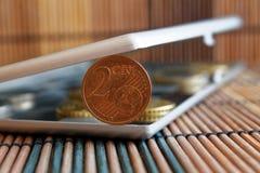 Il mucchio di euro monete in specchio riflette le bugie del portafoglio sulla denominazione di bambù di legno del fondo della tav immagini stock
