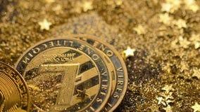 Il mucchio di Litecoin e di Bitcoin cade giù sulla macro della polvere di oro stock footage