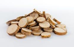Il mucchio di molti piccoli pezzi rotondi di pino segato si ramifica Fotografie Stock Libere da Diritti