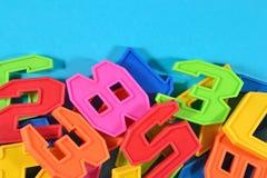 Il mucchio di plastica ha colorato i numeri su un fondo blu Fotografia Stock Libera da Diritti