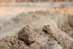 Il mucchio di suolo per fa la costruzione al cantiere, si dirige verso la costruzione della struttura Immagine Stock Libera da Diritti