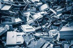 Il mucchio di vecchia ferraglia pricipalmente consiste dell'elettrodomestico in un'iarda del residuo Fotografia Stock Libera da Diritti