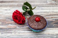 Il muffin con la ciliegia ed è aumentato Fotografia Stock Libera da Diritti
