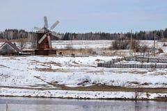 Il mulino di legno abbassa Sinyachikha Ural fotografia stock