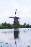 Il mulino a vento è riflesso in acqua Immagini Stock