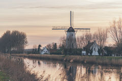 Il mulino a vento e l'azienda agricola alloggia accanto ad un canale Fotografie Stock Libere da Diritti