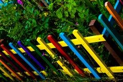 Il multi arcobaleno colorato di legno recinta il giardino fotografie stock libere da diritti