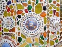 Il multi colore ha decorato la parete del mosaico nel tempio della Tailandia Immagini Stock