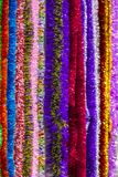 Il multi colore variopinto di lamé per un fondo Struttura verticale del lamé colorato multi del ` s del nuovo anno immagine stock libera da diritti