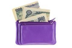 Il multi cuoio stratificato porpora zippered il sacchetto della moneta con la banconota di Yen giapponesi Fotografie Stock Libere da Diritti