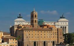 Il municipio di Roma ed altare della patria nei precedenti Fotografie Stock