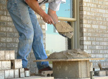 Il muratore applica il mortaio Fotografie Stock
