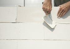 il muratore costruisce la parete Immagine Stock
